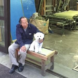 3代目親方 新看板の前で愛犬と